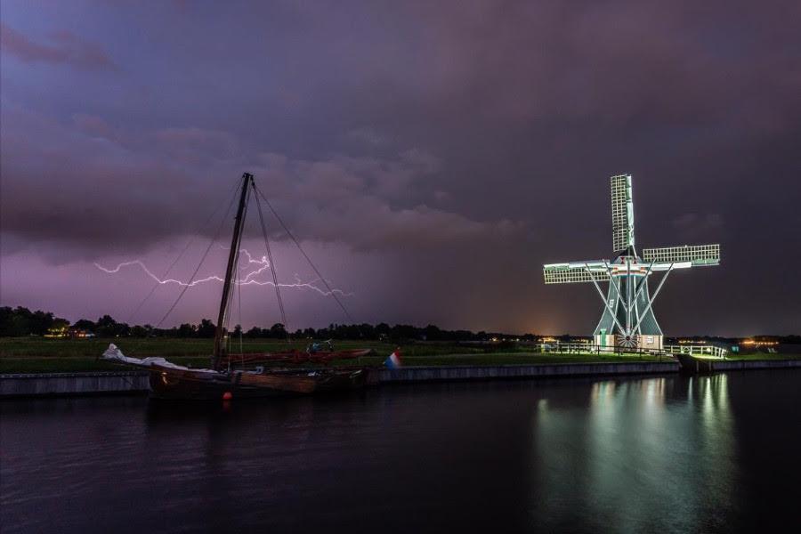 bliksemfotografie tijdens een Hollandse nacht met molen. onweersfotografie, stormfotografie.